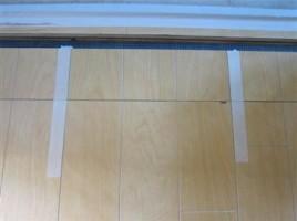 ドアの開き違いによる床補修