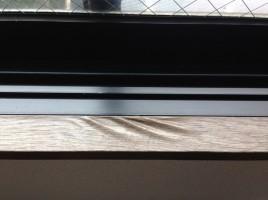 窓枠シートのヨレ