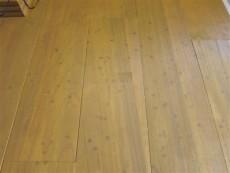 家電製品クッション材による床の色落ち補修