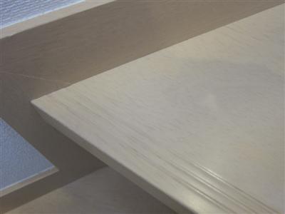 階段の床鳴り跡を補修。