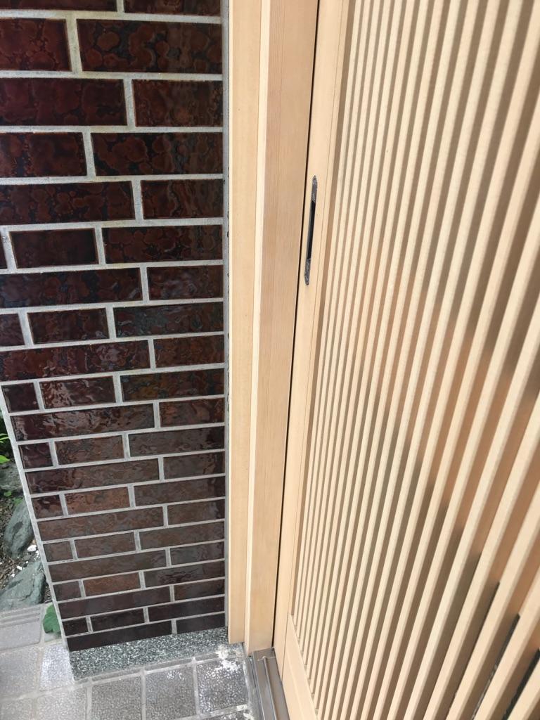 玄関サッシ枠 表面材はがれ