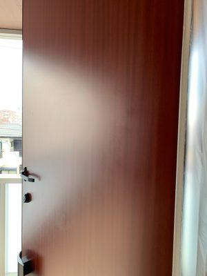 玄関扉のエクボ